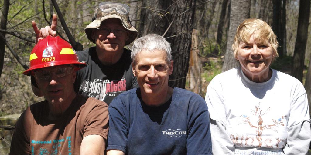 Wendell Holl (center): Winner of In the Mud award from IATA